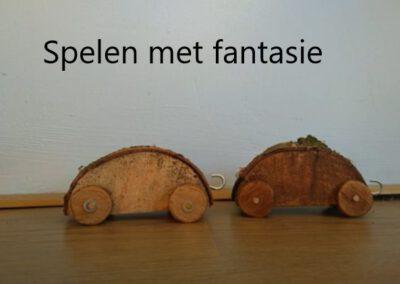 Twee houten auto's – Spelen met fantasie