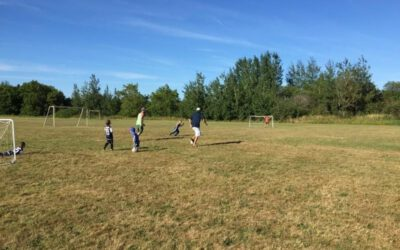 Het voetbalveldje naast het schoolplein…