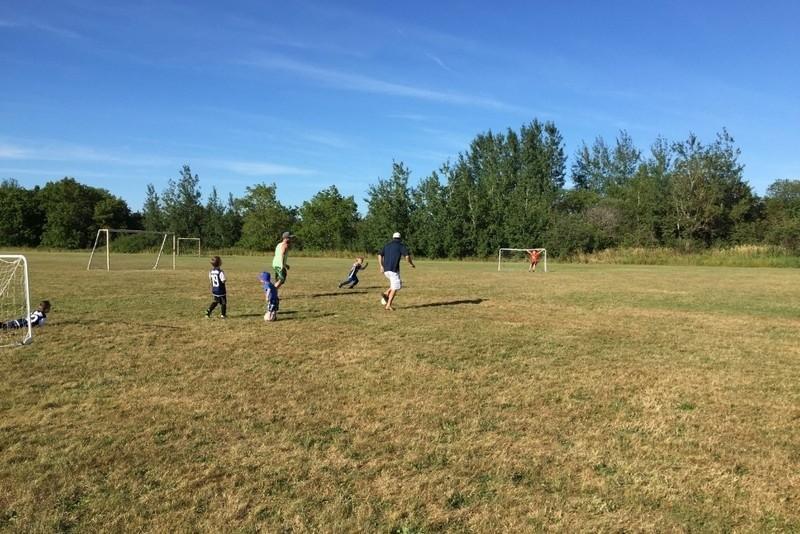 Voetbalveldje naast het schoolplein